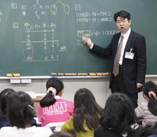副学園長の入江先生(算数科)による講義。その的確な説明展開には子どもたちも真剣そのものです。